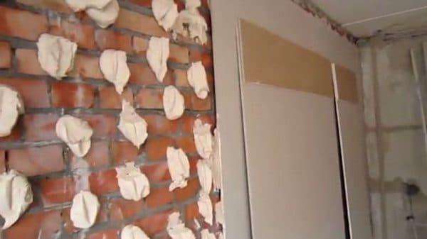 Клеим на кирпичную стену