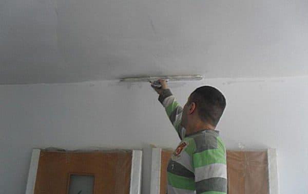 Нанесение на потолок